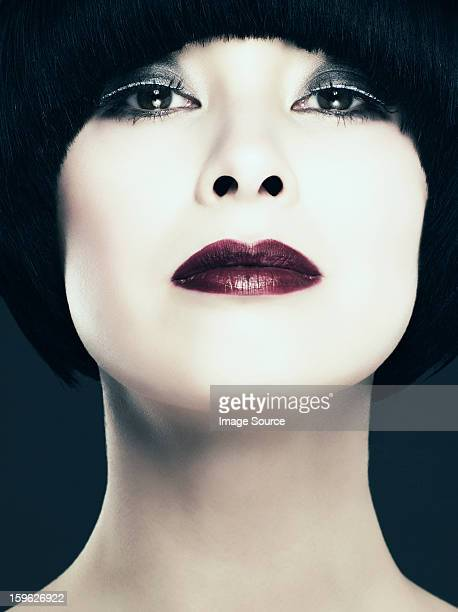 若い女性にブラックのボブカメラ目線、低角度