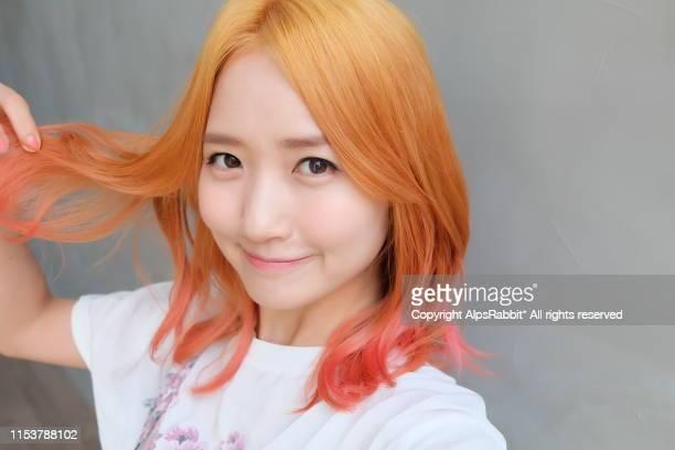 young woman with blond - pink gradation hair - coreia do sul - fotografias e filmes do acervo