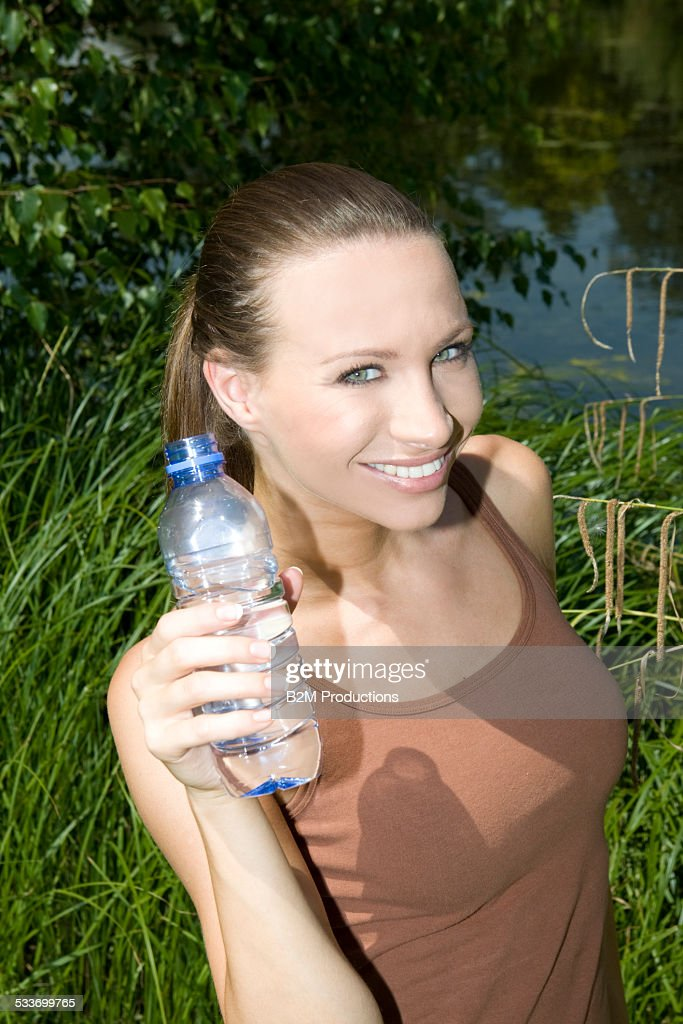 Young woman with bottle of water : Foto stock