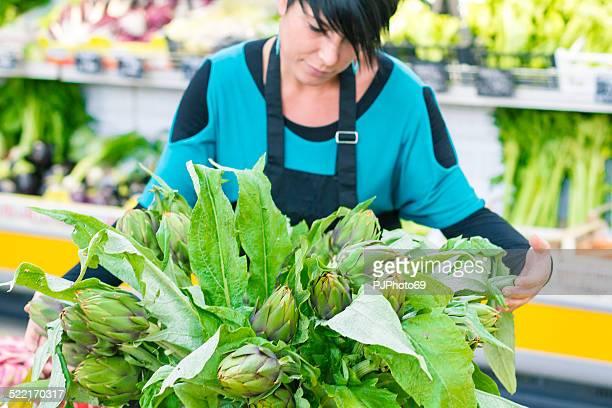 giovane donna con casco di carciofi - pjphoto69 foto e immagini stock