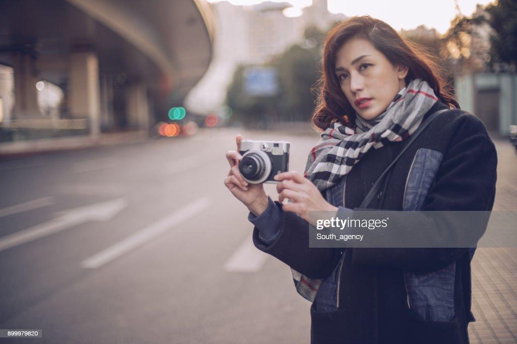 若い女性がカメラ : ストックフォト
