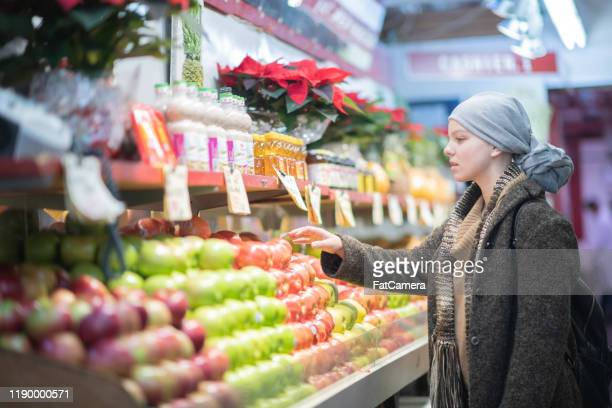 young woman with cancer grocery shopping stock photo - comida e bebida imagens e fotografias de stock