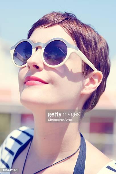 Jeune femme avec des lunettes de soleil