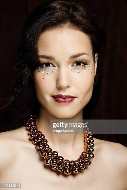 Junge Frau mit Diamanten auf Gesicht, Porträt