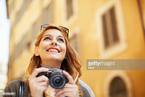 young woman with digital camera, rome, italy - toerist stockfoto's en -beelden