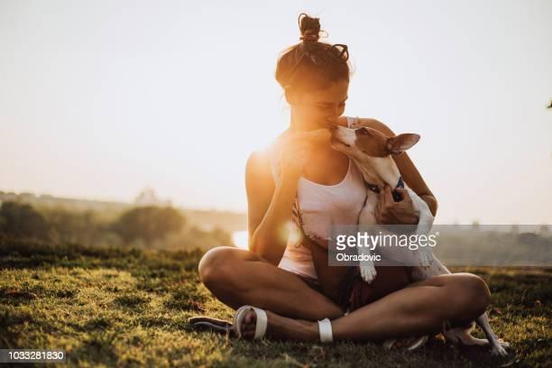 jovem mulher com cachorro comendo sorvete - jack russell terrier - fotografias e filmes do acervo