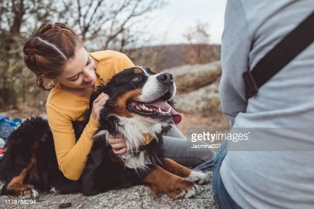mujer joven con perro - animal doméstico fotografías e imágenes de stock