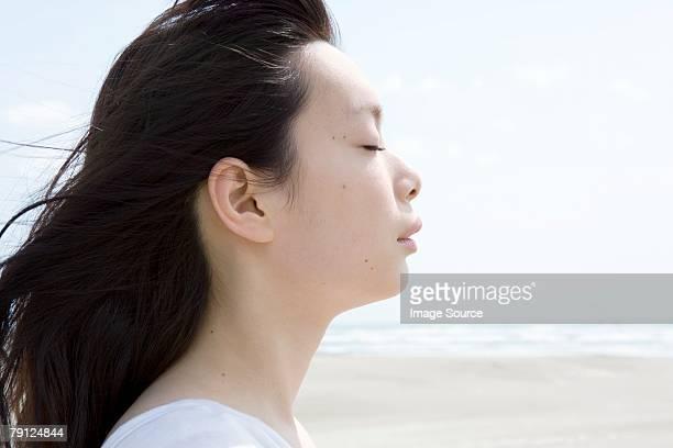 目を閉じた若い女性