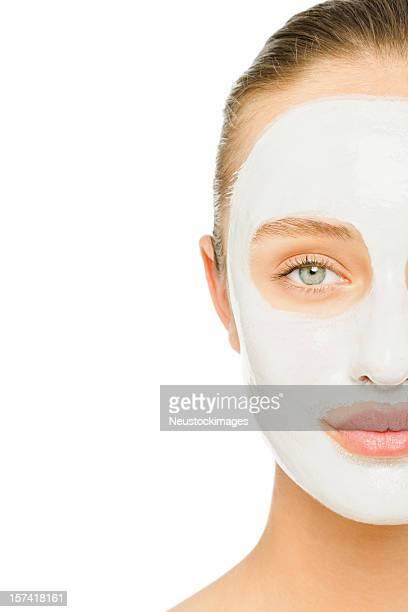 Mujer joven con máscara facial