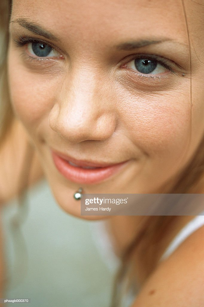 Young woman with facial piercing, close-up : Stockfoto