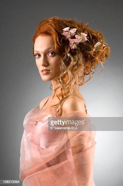 Jeune femme avec le «stylé» rouge créatifs coiffure.