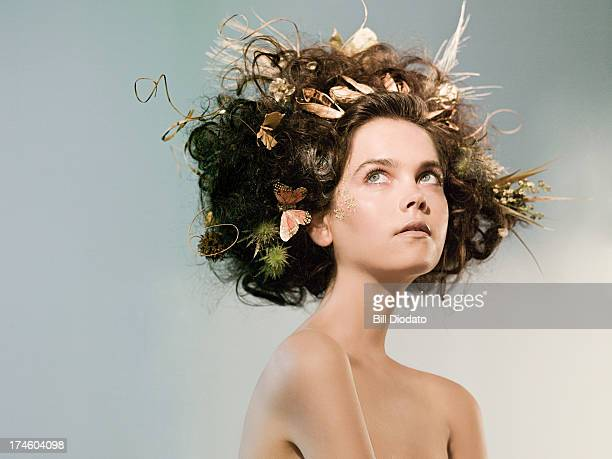 young woman with flowers and butterfly in hair - mujer desnuda naturaleza fotografías e imágenes de stock