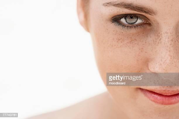 young woman with freckles - junge frau allein stock-fotos und bilder