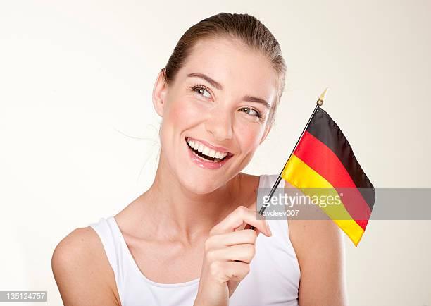 Lächelnde Junge Frau mit Deutschland-Flagge