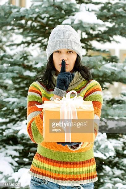 Junge Frau mit Geschenk box Gestikulieren Stille