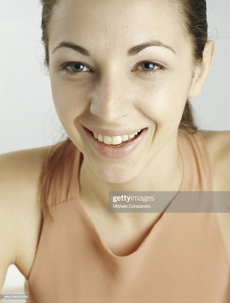 Young woman with hair back smiling, close-up : Stockfoto