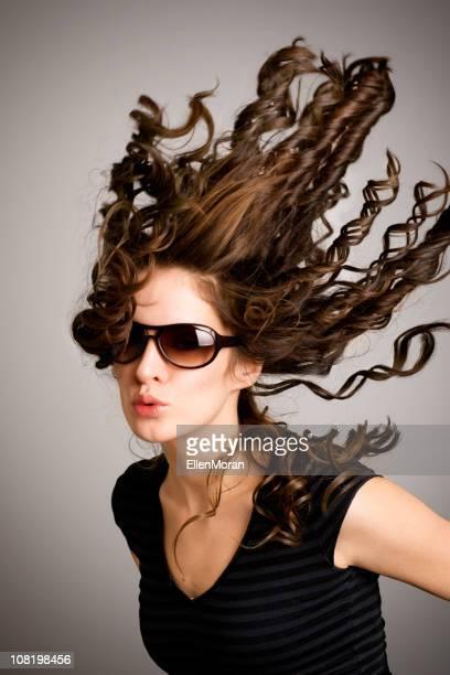 Jeune femme avec les cheveux dans le vent souffle