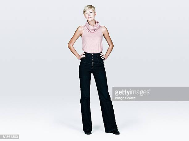 young woman with hands on hips - handen op de heupen stockfoto's en -beelden