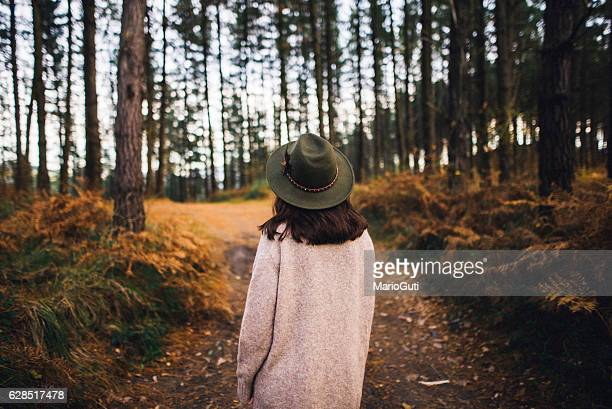 young woman with hat at forest - herfst stockfoto's en -beelden