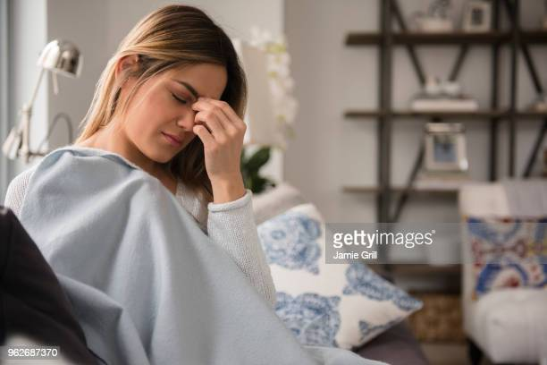 young woman with headache - hoofdpijn stockfoto's en -beelden