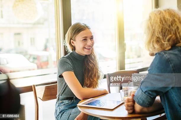 Junge Frau mit Ihrem Freund in einem Café