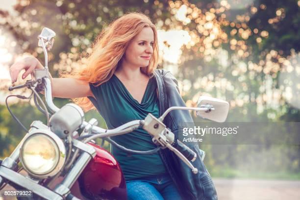 Jeune femme avec sa moto