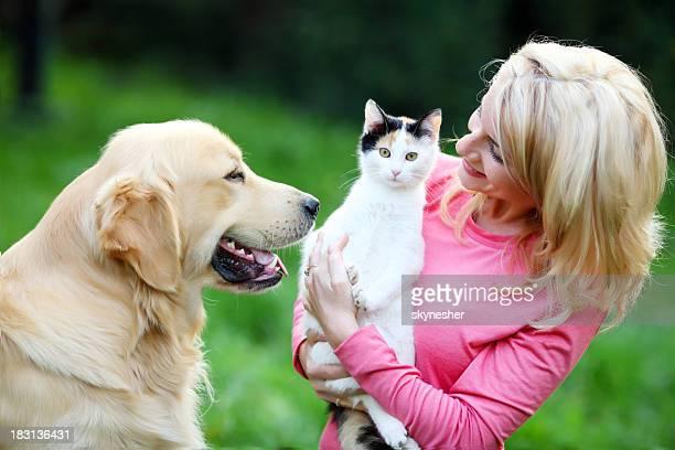 Jeune femme avec son animal de compagnie.