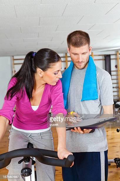 joven mujer con su entrenador físico - izusek fotografías e imágenes de stock