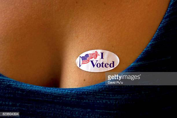 "young woman with ""i voted"" sticker on breast - i voted sticker - fotografias e filmes do acervo"