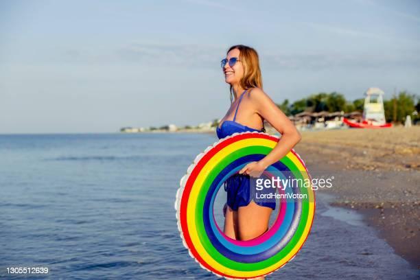 giovane donna con anello gonfiabile - henri coste foto e immagini stock