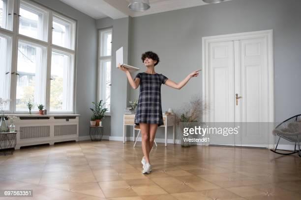 young woman with laptop at home - ausrüstung und geräte stock-fotos und bilder