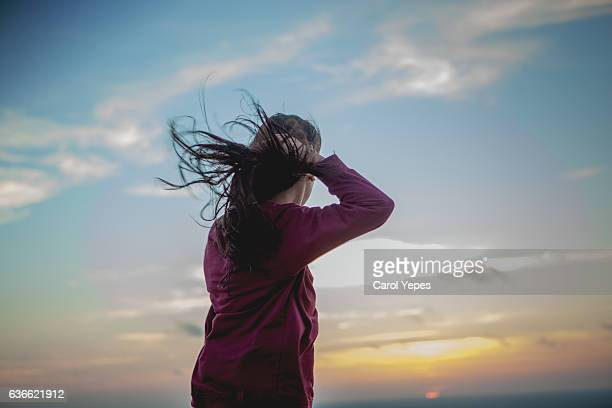 young woman with long hair blowing in the wind - pessoa irreconhecível imagens e fotografias de stock