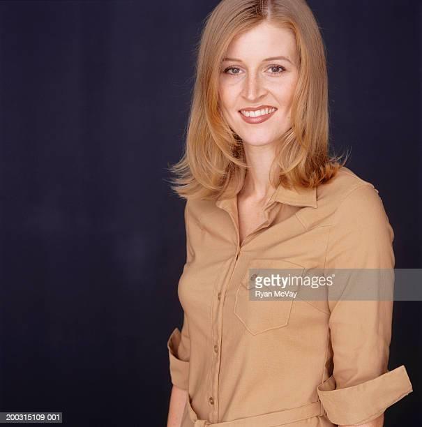 young woman with long hair, posing in studio, portrait - blusa bege - fotografias e filmes do acervo