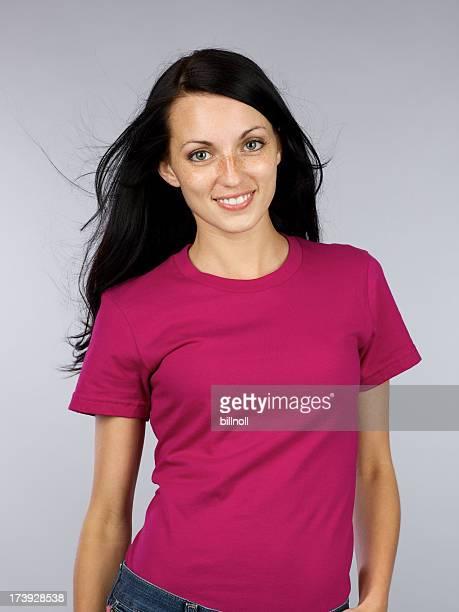 若い女性、マゼンタの t シャツ