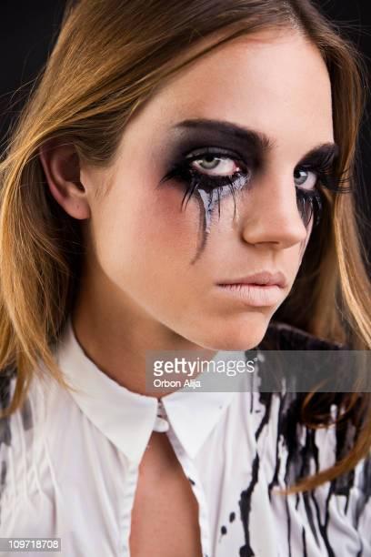 Jeune femme avec le Mascara Running des joues Pleurer