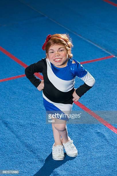 Junge Frau mit Morquio-Syndrom in Cheerleader einheitliche