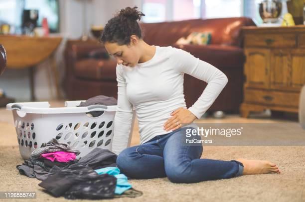 mujer joven con dolor pélvico - genitales femeninos fotografías e imágenes de stock