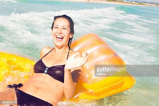 Junge Frau mit pool raft