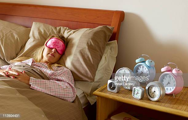 young woman with problem waking up - dormir humour photos et images de collection