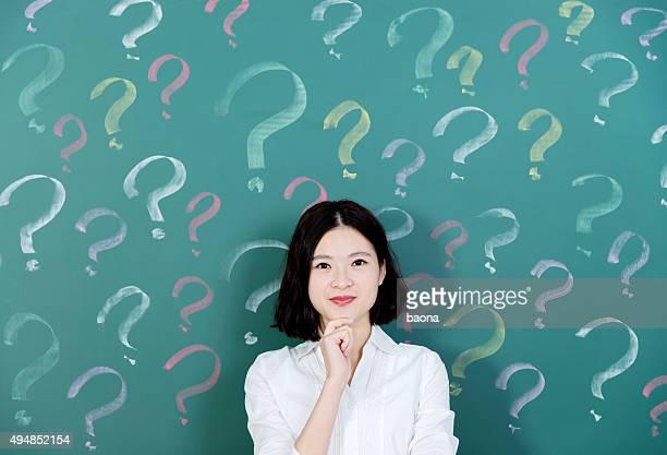 Jovem mulher com ponto de interrogação