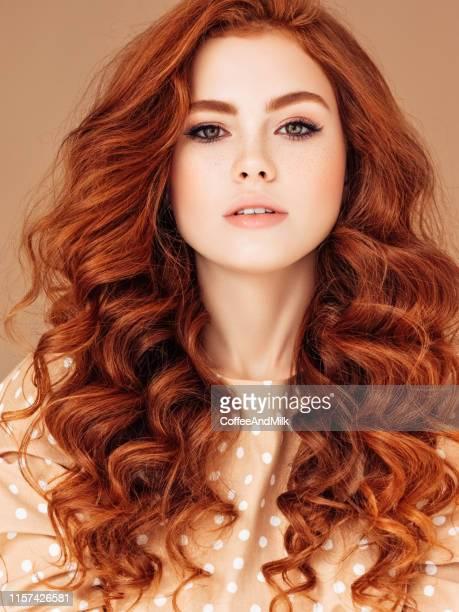 giovane donna con i capelli rossi - capelli mossi foto e immagini stock