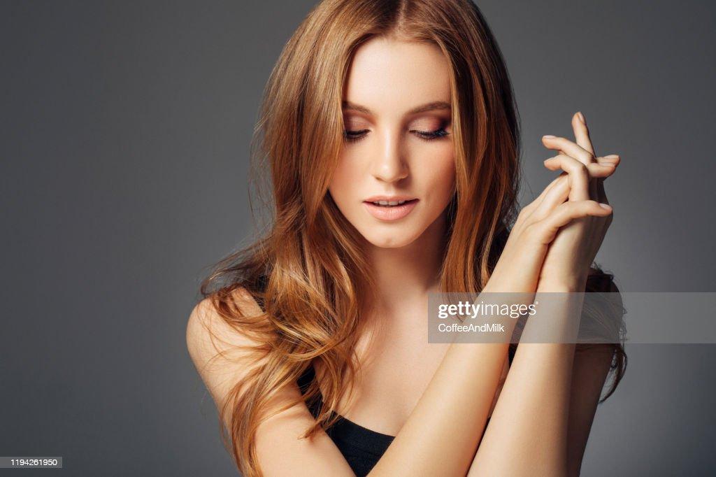 赤い髪の若い女性 : ストックフォト