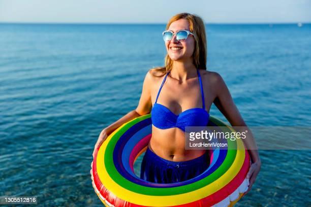 giovane donna con anello di gomma sulla spiaggia - henri coste foto e immagini stock