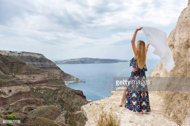 jeune femme avec foulard volant dans le vent - foulard accessoire vestimentaire pour le cou photos et images de collection