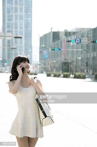 young woman with shopping - sac porté épaule photos et images de collection
