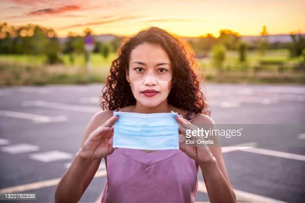 jeune femme avec des lignes de bronzage de coup de soleil après avoir porté un masque facial - marque de bronzage photos et images de collection