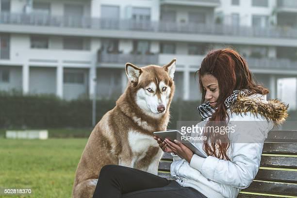 Junge Frau mit tablet und Ihr Hund