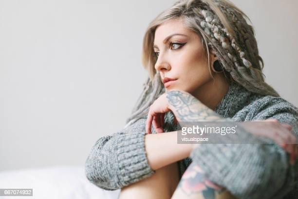 Junge Frau mit Tätowierungen betrachten