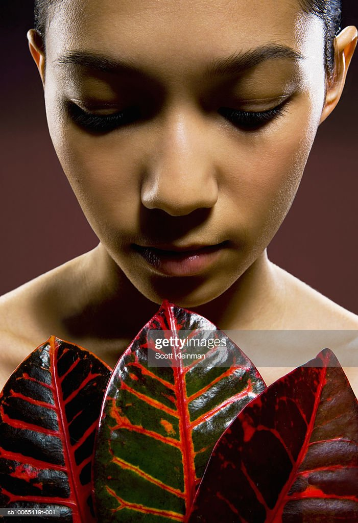 Young woman with three Codiaeum leaves : Foto stock