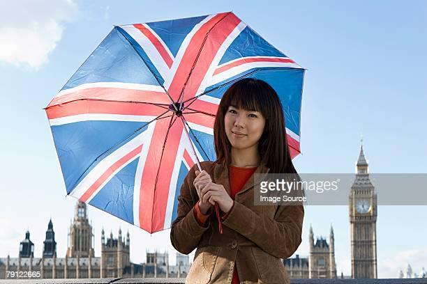 Junge Frau mit union jack-Regenschirm